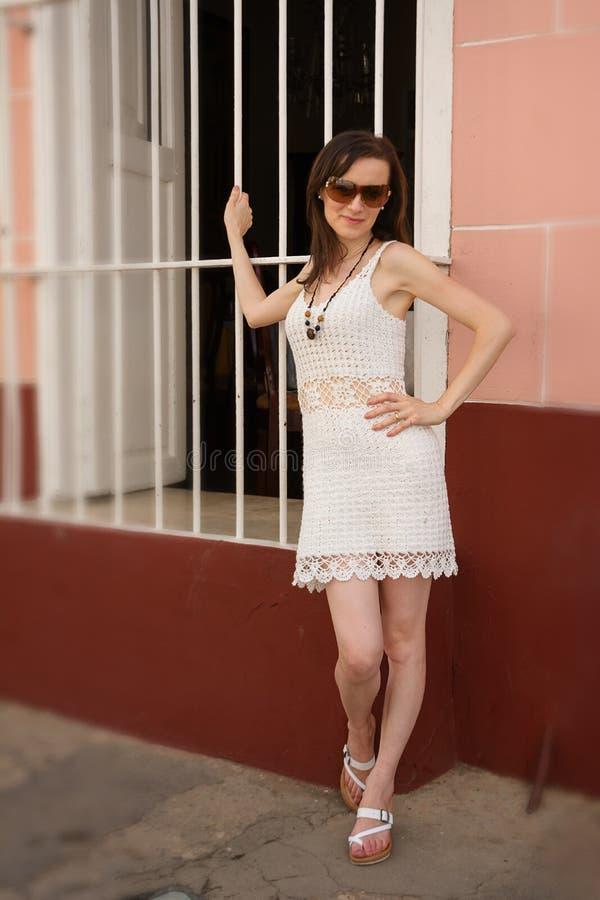 Turysta jest ubranym szydełkową suknię w Trinidad, miejscowy wykonuje ręcznie obraz royalty free