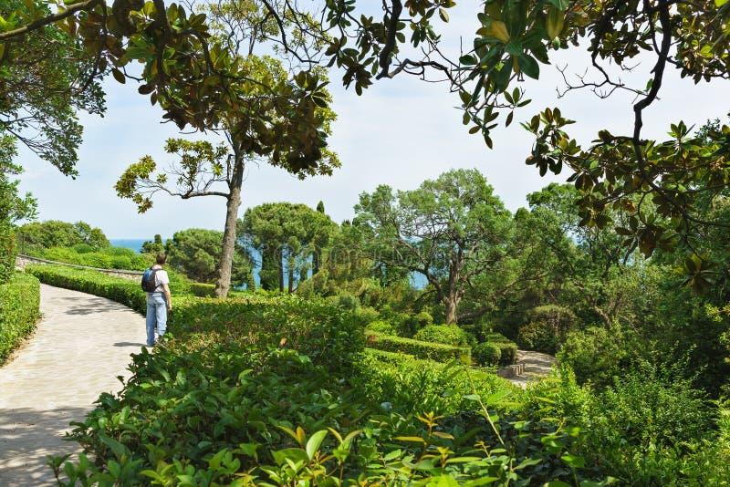 Turysta na śladzie w miasto parku morzem obrazy royalty free