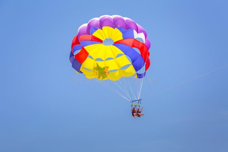 Turysta na parasailing nad tureckim Riviera zdjęcie stock