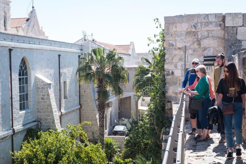 Turysta na ramparts Jerozolimski ` s Stary miasto obraz stock