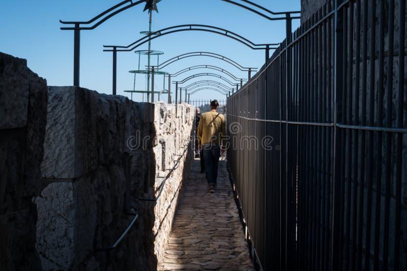 Turysta na ramparts Jerozolimski ` s Stary miasto obrazy stock