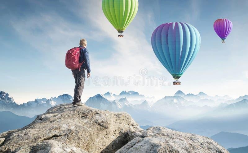 Turysta na szczycie wysokie skały zdjęcia stock