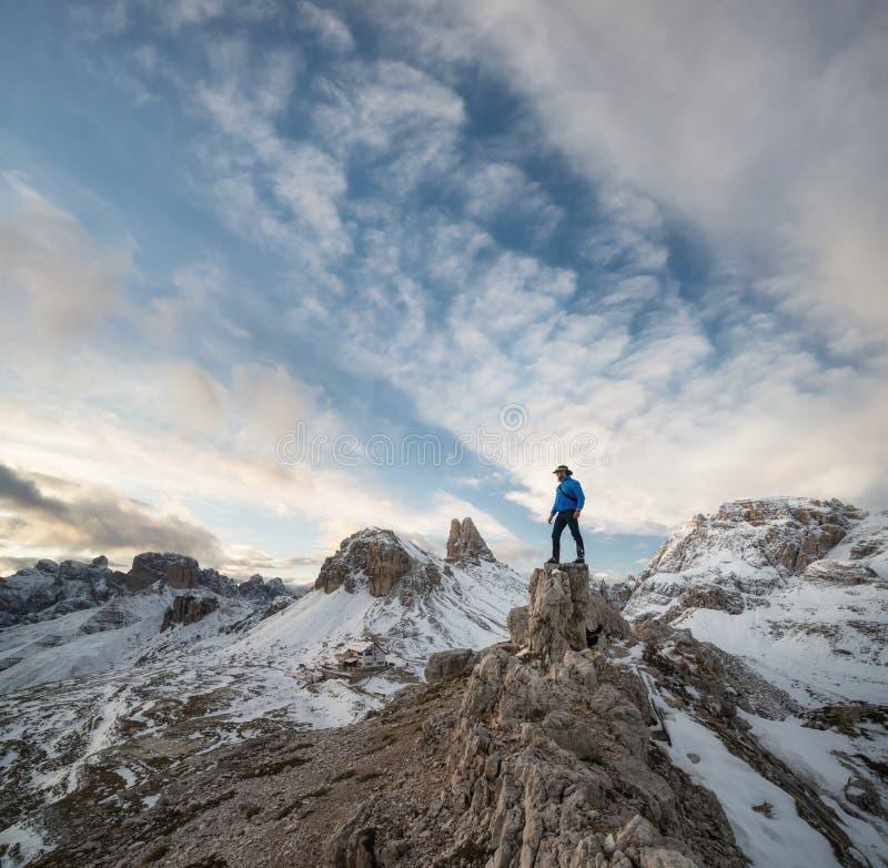 Turysta na szczycie wysokie skały Włochy góry fotografia royalty free
