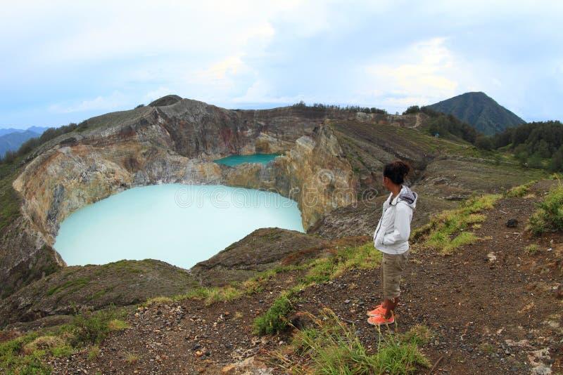 Turysta ogląda unikalnych jeziora na Kelimutu Stuka i Cynuje zdjęcia royalty free