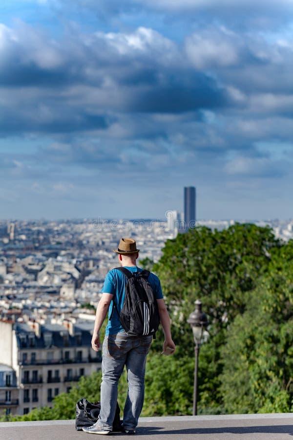 Turysta patrzeje Paryż obrazy stock
