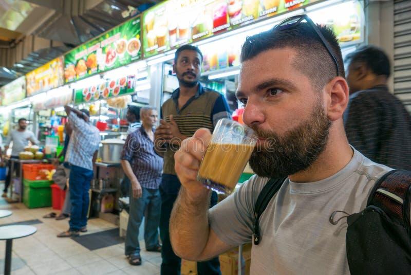 Turysta pije masala herbaty w Małym India okręgu zdjęcie royalty free