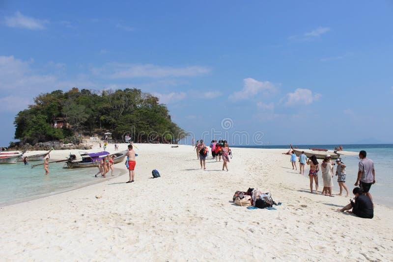 Turysta podróż i używać przy morze plażą czas fotografia stock