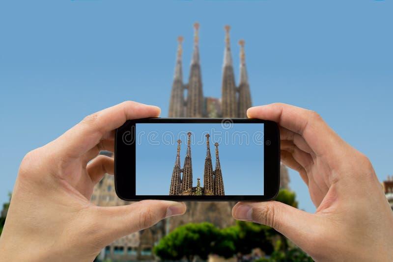 Turysta podtrzymywał kamera telefon przy Sagrada familia zdjęcie royalty free