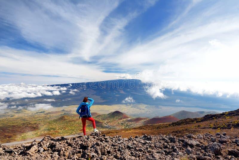 Turysta podziwia breathtaking widok Mauna Loa wulkan na Dużej wyspie Hawaje fotografia stock