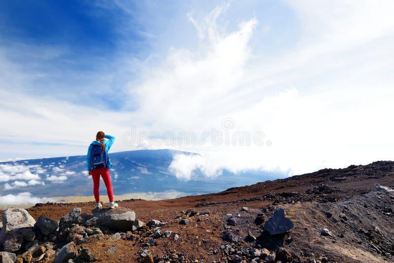 Turysta podziwia breathtaking widok Mauna Loa wulkan na Dużej wyspie Hawaje, usa zdjęcia royalty free