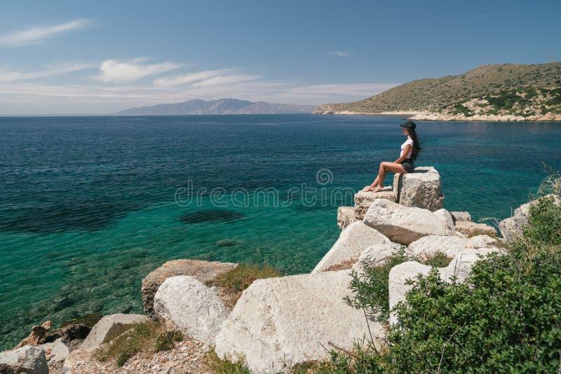 Turysta podziwia dennego widok Dziewczyna jest na wakacje Kobiety spojrzenia przy niewiarygodnie pięknym krajobrazem zdjęcia royalty free