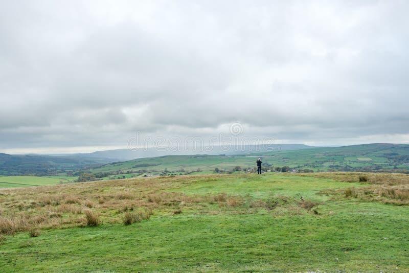 Turysta podziwia tocznych wzgórza Yorkshire obraz stock