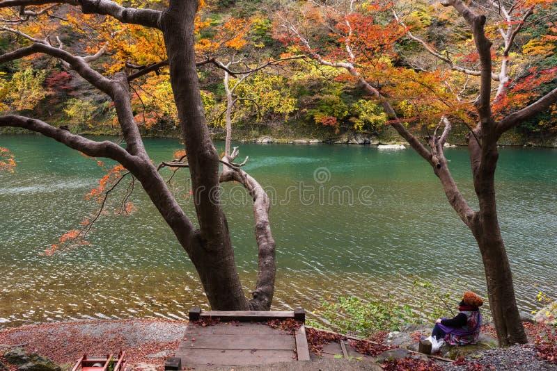 turysta przy Katsura rzeką i cieszy się jesień kolory zdjęcia stock