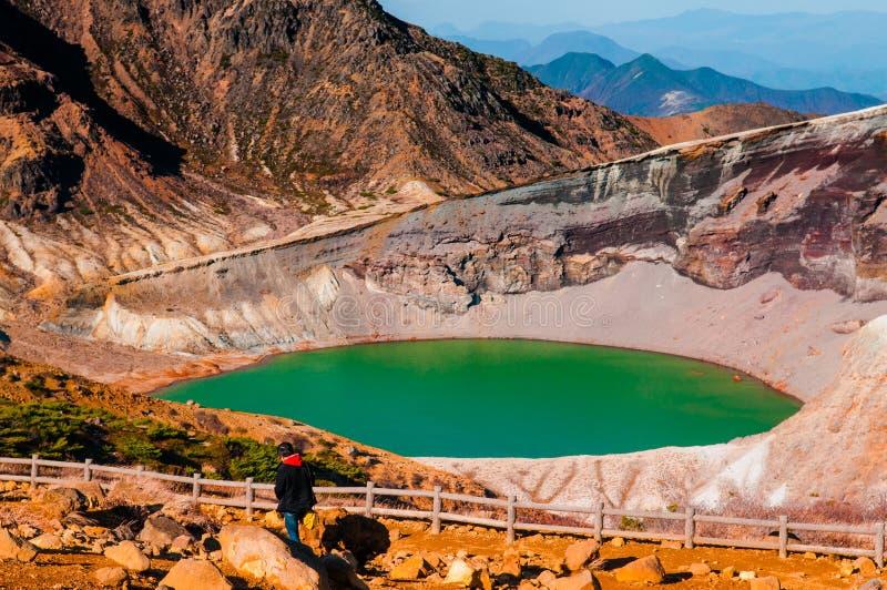 Turysta przy wulkanu kraterem góra Zao Yamagata, Miyagi, -, J zdjęcie royalty free