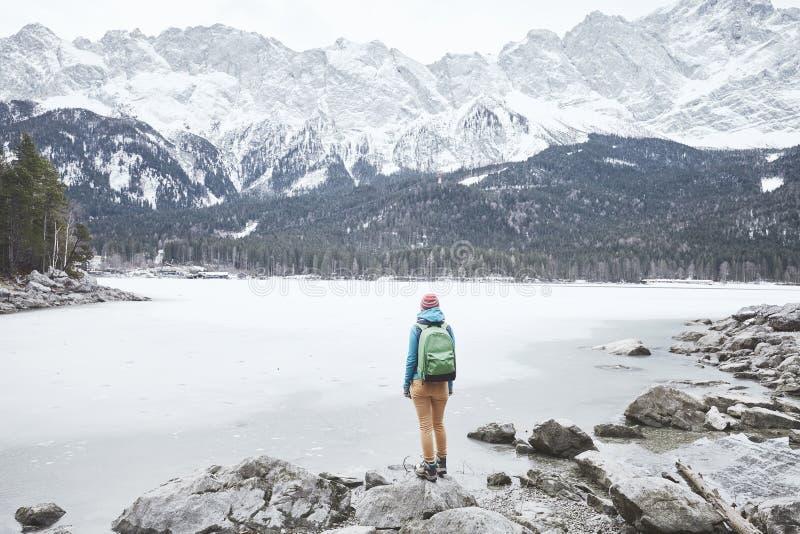 Turysta przy zimy góry jeziorem zdjęcie stock