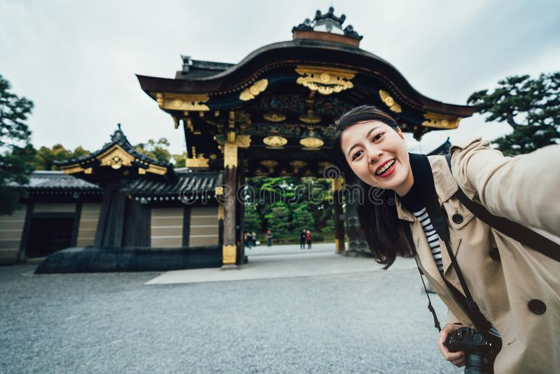 Turysta robi jaźni fotografii portretowi w przód ziemi zdjęcia royalty free