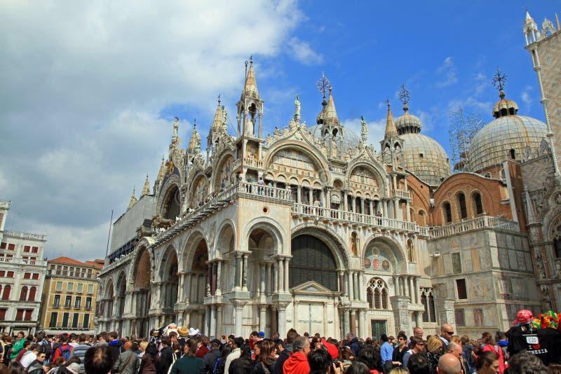 Turysta tłoczy się przy bazyliką Di San Marco zdjęcia royalty free