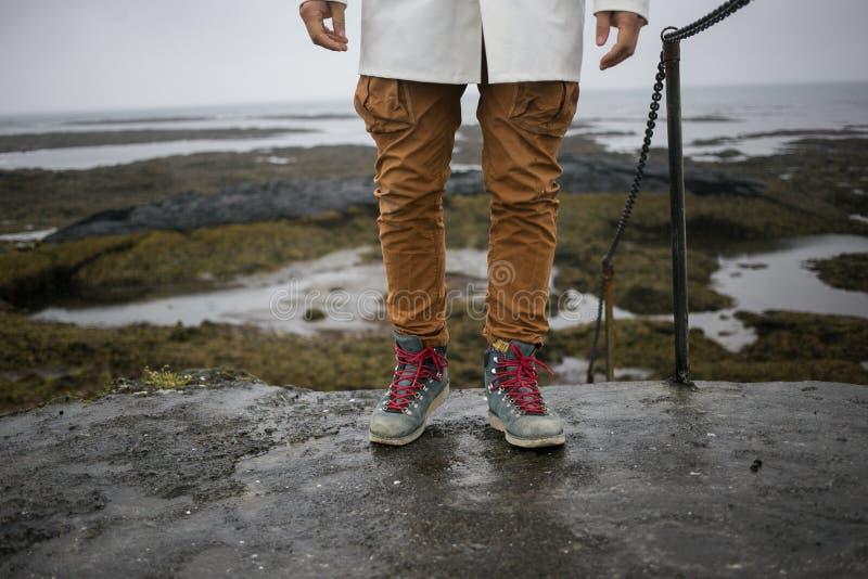 Turysta w białym deszczowu chodzi na Iceland brzeg obrazy royalty free