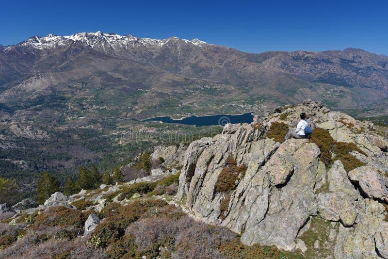 Turysta w Korsykańskich wysokich górach zdjęcia royalty free