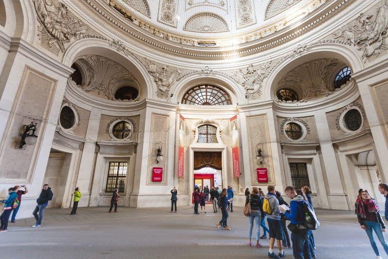 Turysta w podwórzu Hofburg pałac w Wiedeń obrazy stock