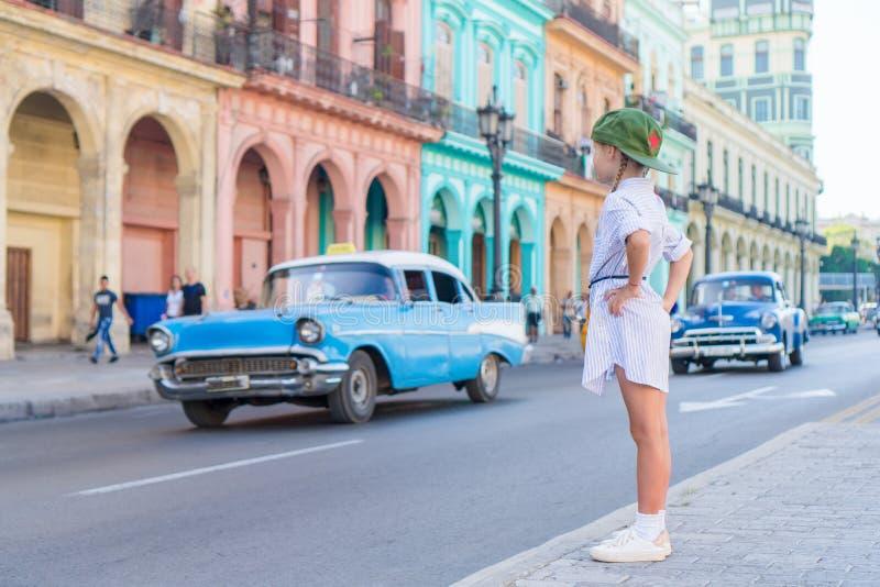 Turysta w popularnym terenie blisko El Capitolio w Hawańskim mieście, Kuba Portret dzieciaka tła rocznika klasyczny amerykański s zdjęcie royalty free