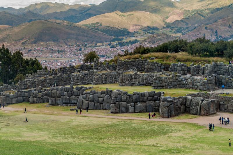 Turysta wizyty Inca ruiny Sacsaywaman blisko Cuzco obrazy royalty free