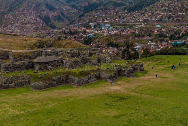 Turysta wizyty Inca ruiny Sacsaywaman blisko Cuzco zdjęcia royalty free