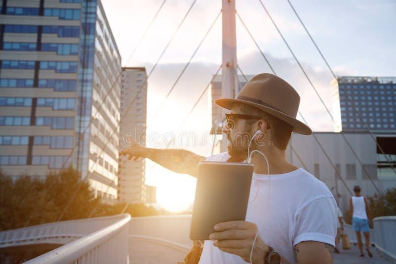 Turysta wskazuje przy budynkiem podczas wideo wezwania zdjęcia stock