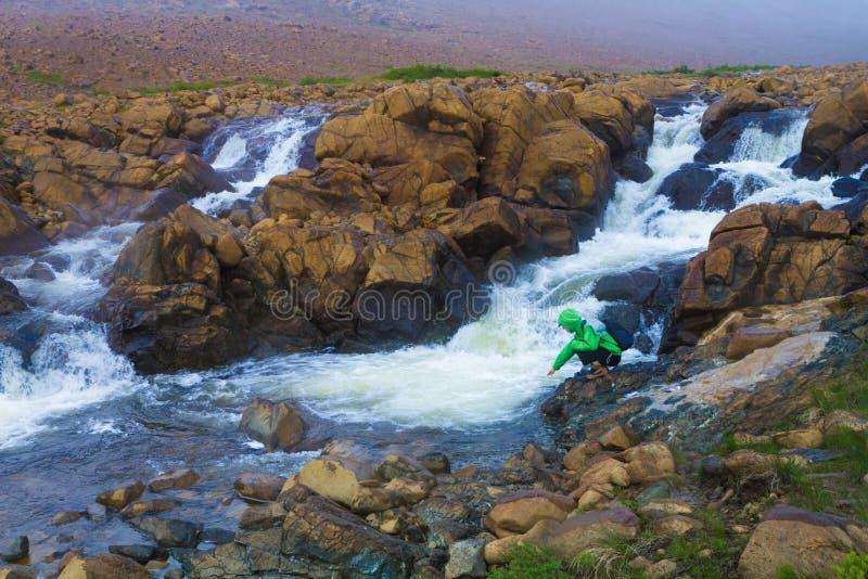 Turysta wycieczkuje pięknym strumieniem obraz stock