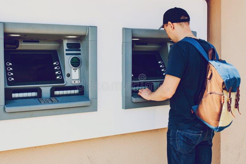 Turysta wycofuje pieniądze od ATM dla dalszy podróży Finanse, kredytowa karta, wycofanie pieniądze Życie styl obraz stock