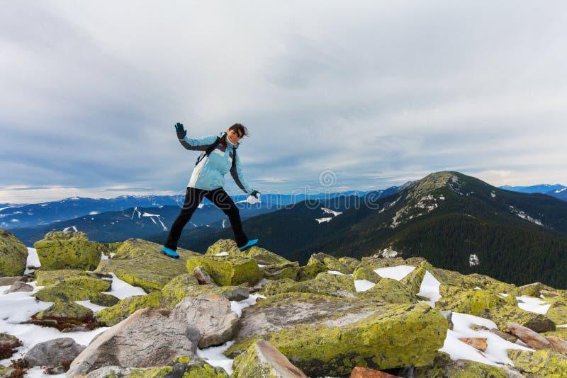 Turysta wyraża pozytywne emocje na górze śnieżnej góry zdjęcia royalty free