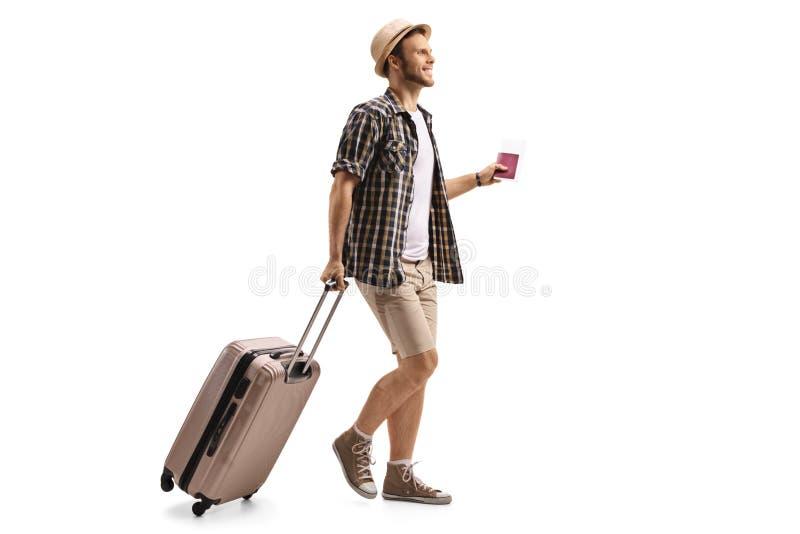 Turysta z paszportem i walizki odprowadzeniem zdjęcia royalty free