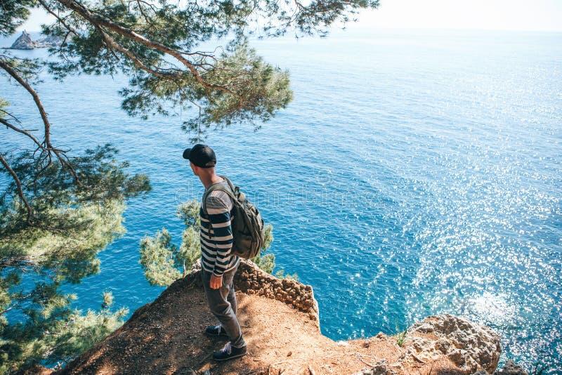 Turysta z plecakiem blisko morza obrazy royalty free
