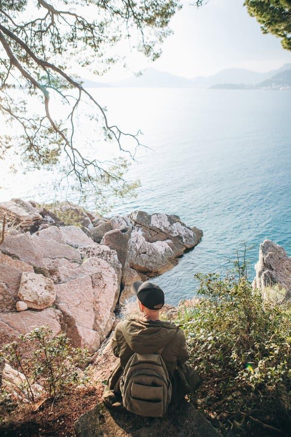 Turysta z plecakiem blisko morza obraz royalty free