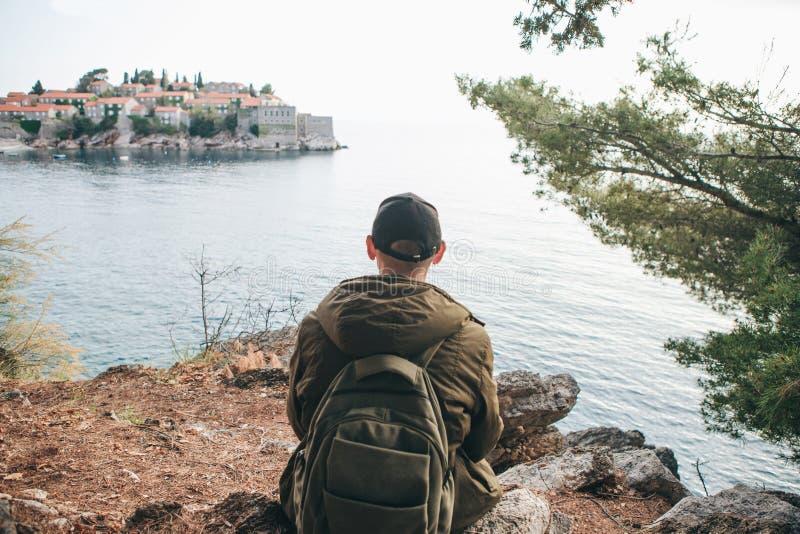 Turysta z plecakiem blisko morza zdjęcie stock