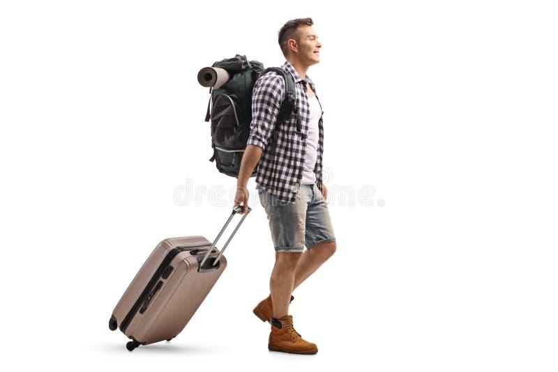 Turysta z plecakiem i walizki odprowadzeniem zdjęcie royalty free