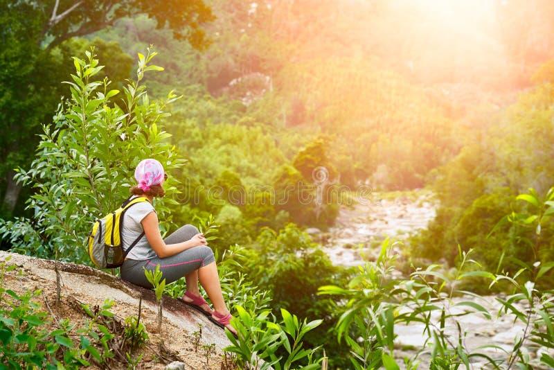 Turysta z plecakiem siedzi i relaksujący cieszący się zmierzch obrazy royalty free