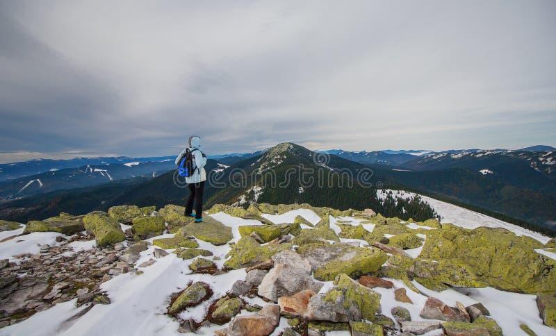 Turysta z plecakiem w śnieżnych górach zdjęcia royalty free