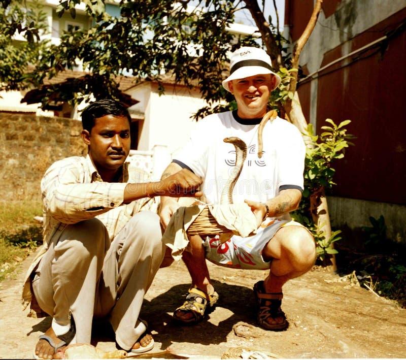 Turysta z węża podrywaczem Goa India obrazy stock