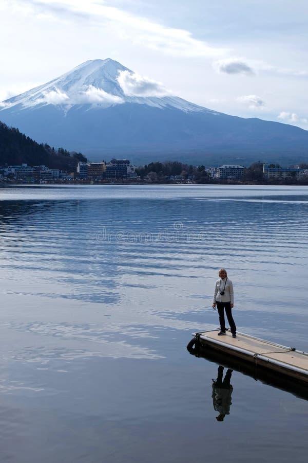 Turysta z widokiem góry Fuji zdjęcie royalty free