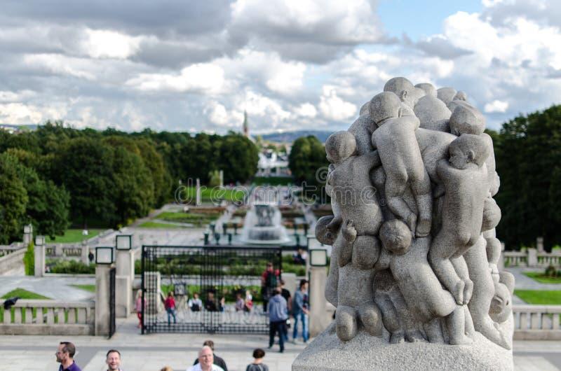 Turysty enjoyin rzeźby przy sławnym Frogner Parkują w Oslo fotografia stock