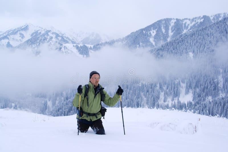 turysty idzie mężczyzna gór zima fotografia stock