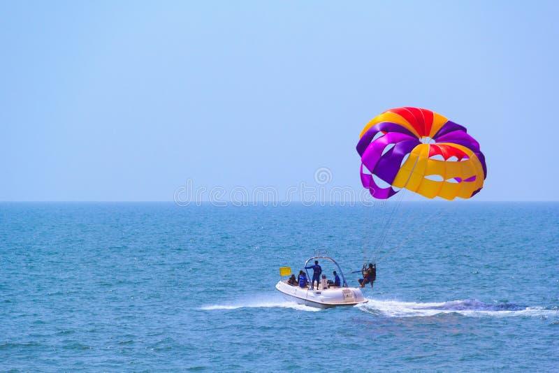 Turysty parasailing na Candolim plaży w Goa, India fotografia stock