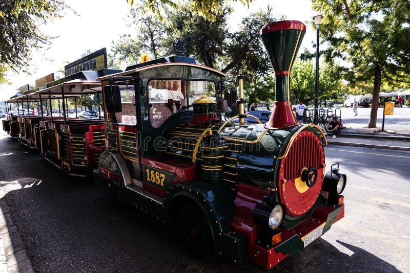 Turysty pociąg blisko Liston w centre Corfu miasteczko Grecja obraz stock