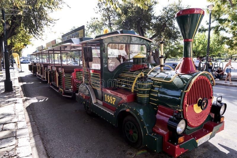 Turysty pociąg blisko Liston w centre Corfu miasteczko Grecja zdjęcie stock