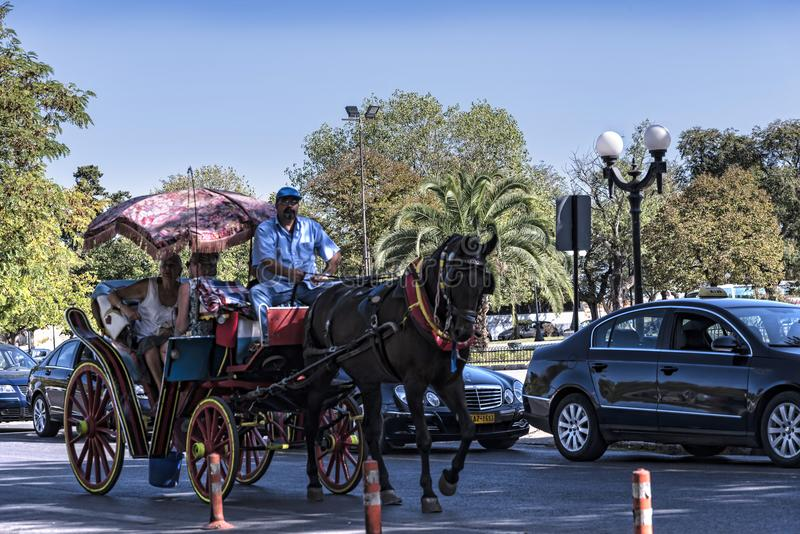 Turysty pociąg blisko Liston w centre Corfu miasteczko Grecja obrazy stock
