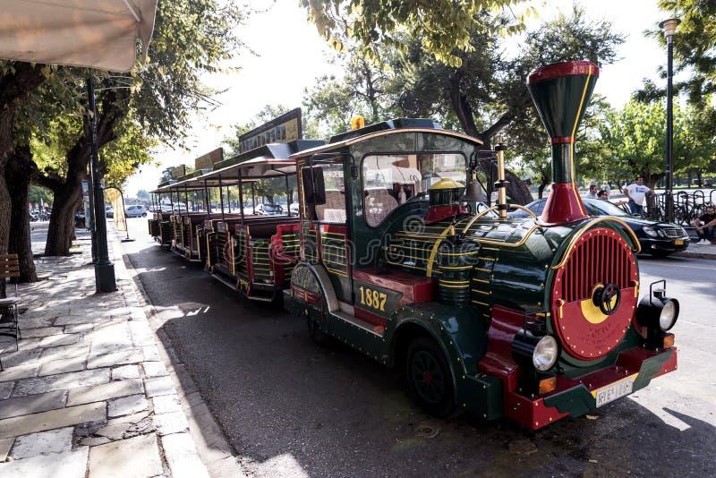 Turysty pociąg blisko Liston w centre Corfu miasteczko Grecja zdjęcia stock