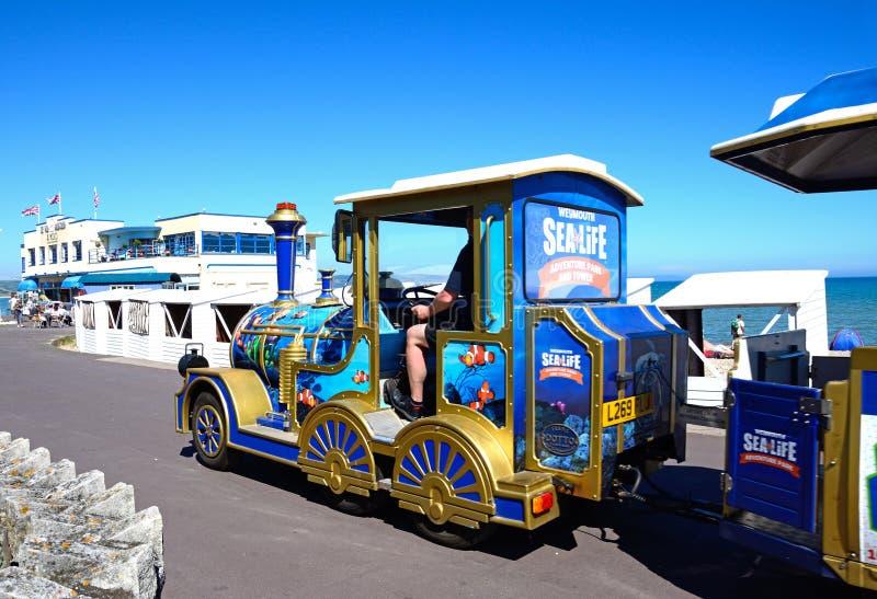 Turysty pociąg na Weymouth deptaku fotografia royalty free
