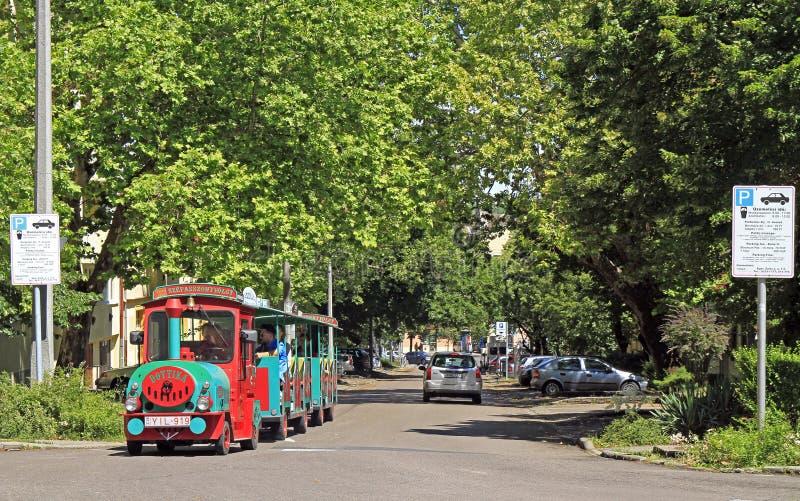 Turysty pociąg przy starą miasto ulicą w Eger obraz royalty free