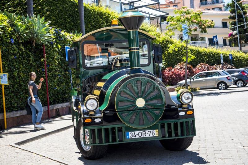 Turysty pociąg w Camara De Lobos wioska rybacka blisko miasta Funchal i niektóre wysokie falezy w świacie zdjęcia royalty free